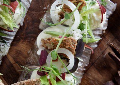 Julesild med valnød serveret med waldorfsalat