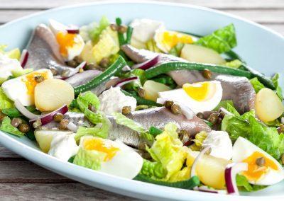 Salat med påskesild, kartofler og smilende æg