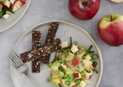Karry-sildesalat med forårsløg, æble, rødløg og ristet rugbrødsstave